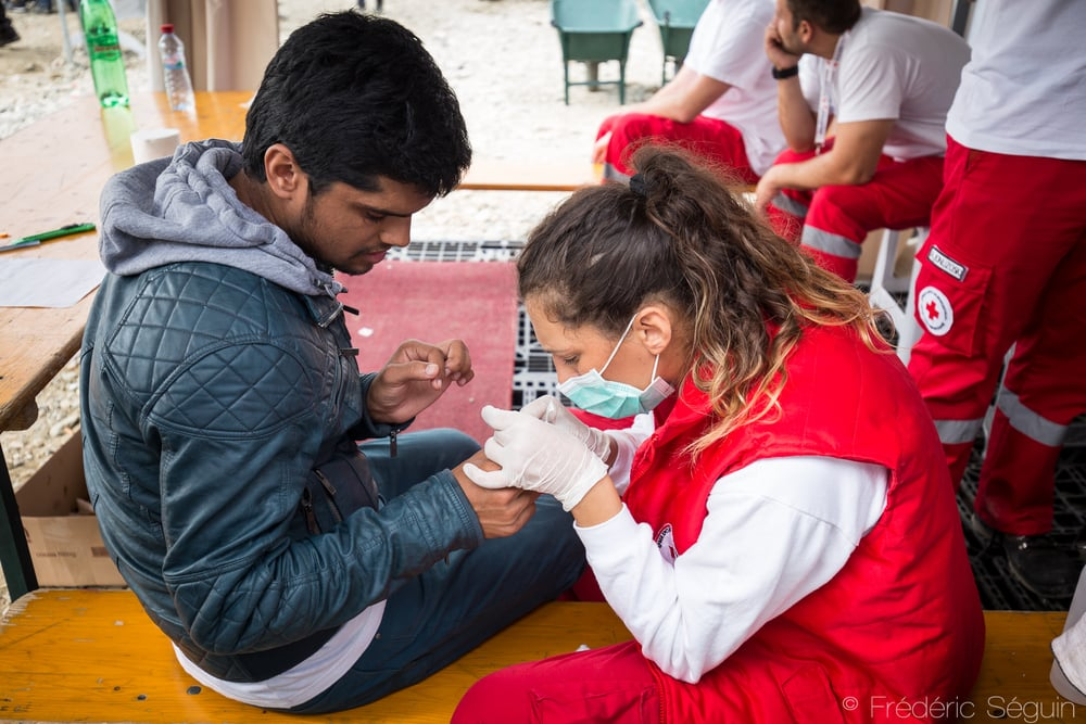 A doctor from the Macedonian Red Cross is helping a refugee who got hurt along the journey. Medical teams in the camps provide vital support to the refugees. Gevgelija, Macedonia (FYROM).