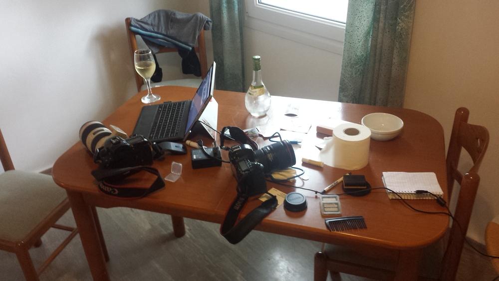 """Mon """"bureau du moment"""" sur l'ile de Lesvos. Balcon avec vue sur la mer, vin blanc et boxers qui sèchent dans le coin, pourrait être pire."""