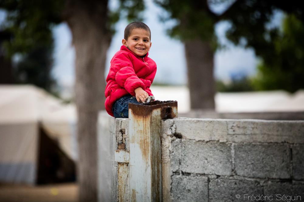 Non loin de là, de nombreuses familles afghanes résident dans le camp d'Oynofita à l'intérieur de grandes tentes solides et sécuritaires dans des conditions plus faciles. L'atmosphère était aux réjouissances alors que les enfants décoraient le camp pour un anniversaire.