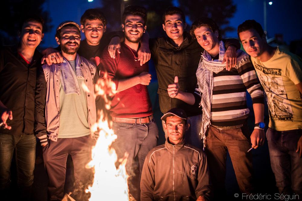 Un millier de réfugiés, en majorité depuis la fermeture de la frontière se sont établis sur le terrain de cette station d'essence maintenant bien organisée et supportée par de nombreux volontaires et organisations.