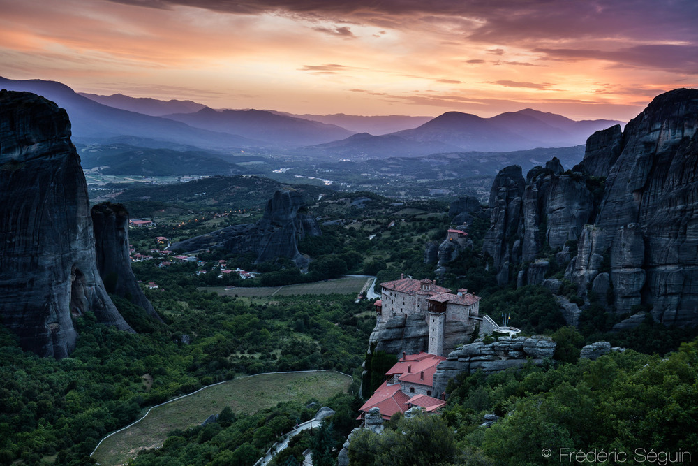 Après une dizaine de jours bien remplis, je me suis permis de petites vacances d'une journée afin de visiter un endroit dont je rêvais depuis plusieurs années; Meteora. Patrimoine mondial de l'UNESCO, Meteora est composé de plusieurs monastères médiévaux construits à mêmes les pics rocheux, magnifique!