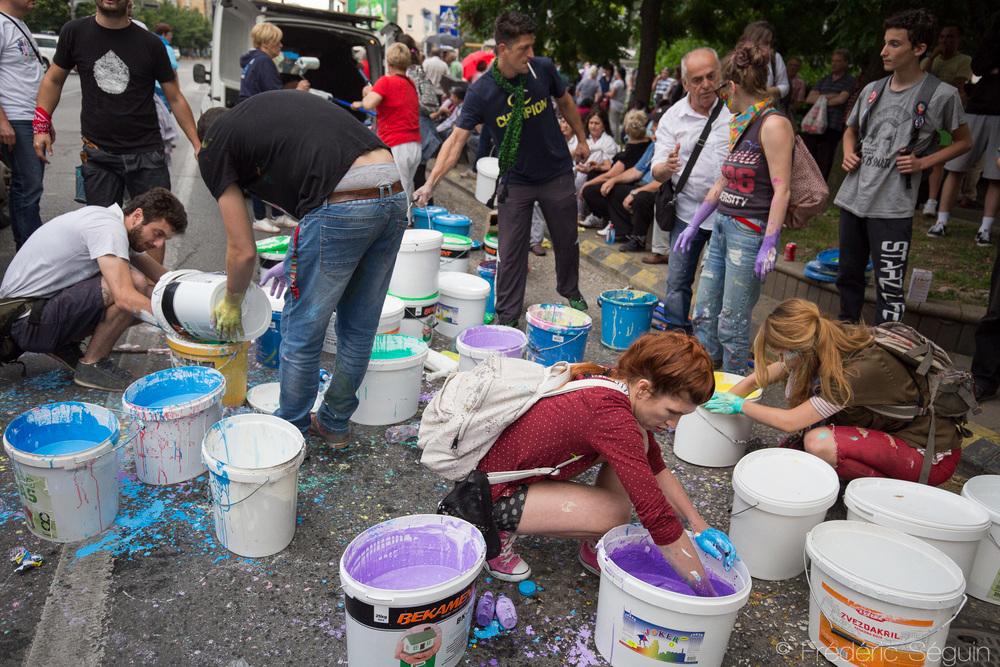 Chaque manifestation commence avec le traditionnel mélange des seaux de peinture à être étendus dans les rues.