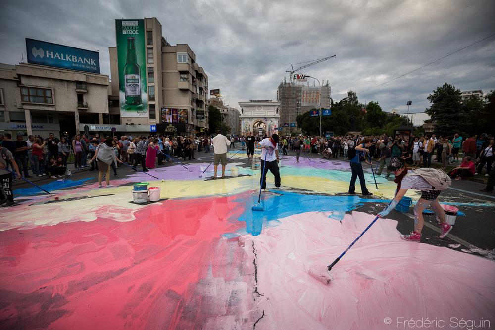 La rue du parlement et menant à la Porte de la Macédoine est recouverte d'un bout à l'autre par les manifestants.
