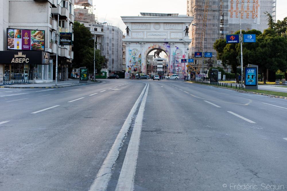 Les rues sont nettoyées de toute peinture quelques heures à peine après la manifestation et les seules traces visibles du mouvement se retrouvent sur les statues et bâtiments.