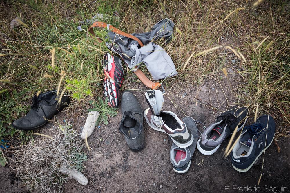 Chaque objet raconte une histoire passée, les souliers d'une famille, trempés à la sortie du bateau.