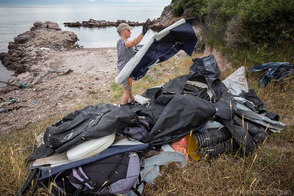 Certaines plages étant inaccessibles par la route, les équipes de nettoyage préparent les piles de déchets à être récupérées prochainement par voie maritime.