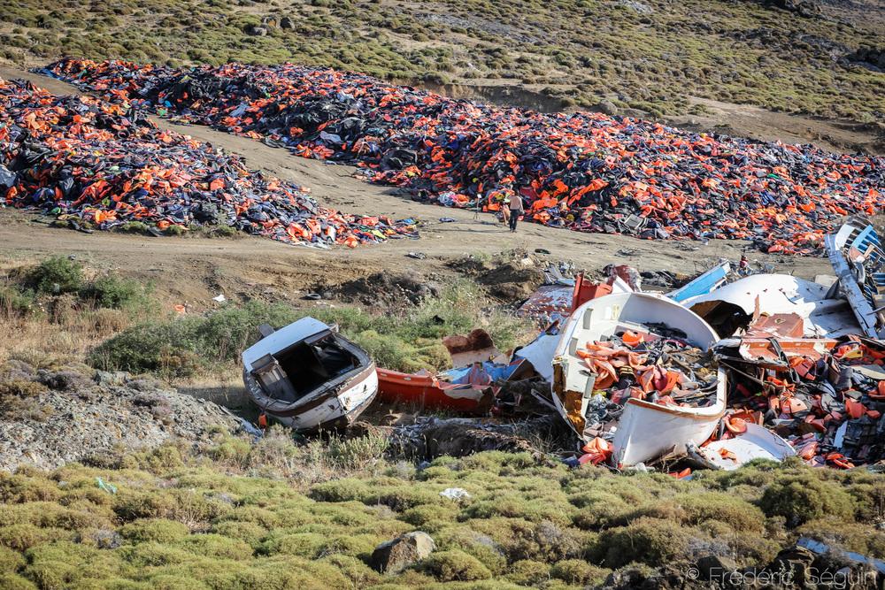 À l'abri des regards, un dépotoir improvisé contient la majeure partie des milliers de vestes et bateaux arrivés sur l'ile.