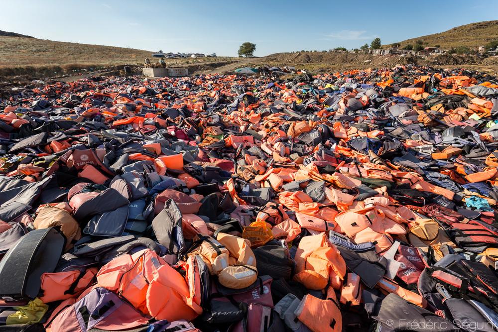 À perte de vue, chaque gilet représente un réfugié arrivé sur l'ile, une personne ayant risqué sa vie dans la dangereuse traversée.
