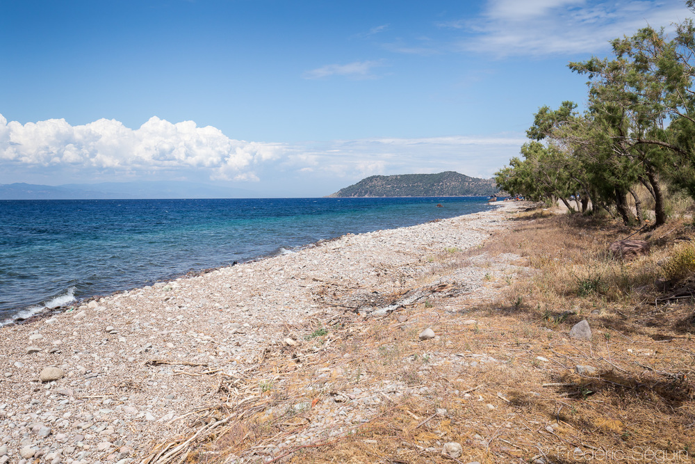 La plage de Skala Sikamimeas, point culminant de la crise et principal lieux d'arrivée des bateaux a maintenant regagné sa condition de paradis terrestre.