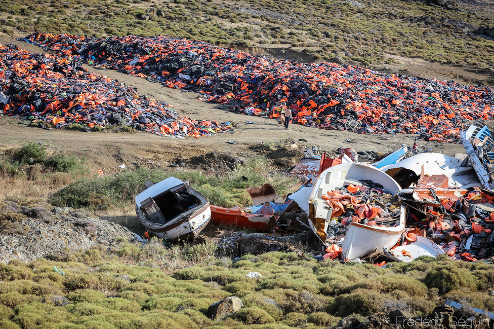 In the lands, far from the beaches and the eyes of tourists, the improvised landfill for boats and life jackets is now a mountain that the authorities don't know how to get rid of.