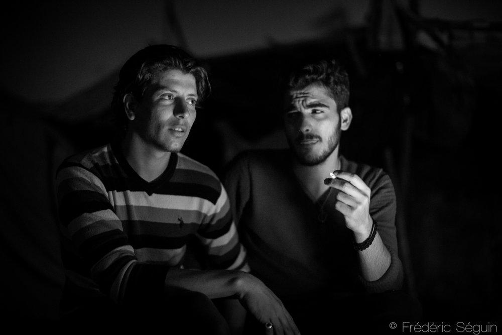 Les jeunes attendent que leur situation change. Chaque jour passe dans l'incertitude et leurs journées sont vides de sens, du temps perdu dans une vie prometteuse. Camp d'Eko Station, région de Polykastro (maintenant relocalisé), Grèce, mai 2016.