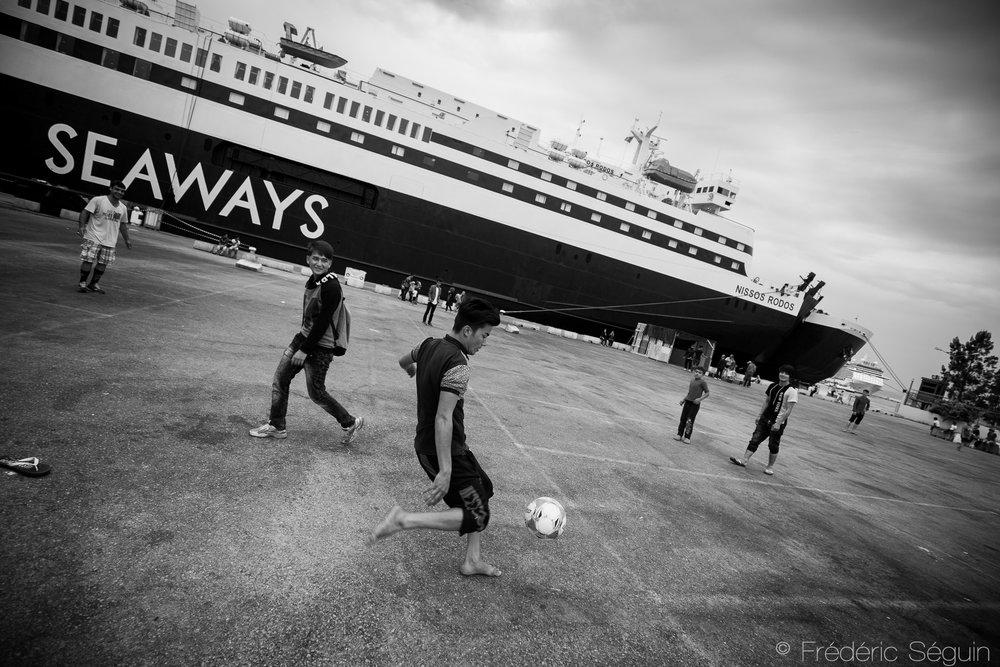 Passage obligatoire du périple jadis, les réfugiés se sont maintenant installés à même le port et vivent parmis les immenses paquebots leur rapellant constamment comment ils sont arrivés là.Port de Piraeus, Athènes,Grèce. Mai 2016.