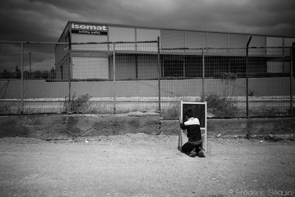 Un des enjeux à long terme très important est le manque d'éducation des jeunes réfugiés qui vont éventuellement souffrir de retard important dans leur cheminement scolaire. Il n'y a aucun système d'éducation en place pour le moment et la crise peut durer encore plusieurs années. Oynofita,Grèce. Mai 2016.
