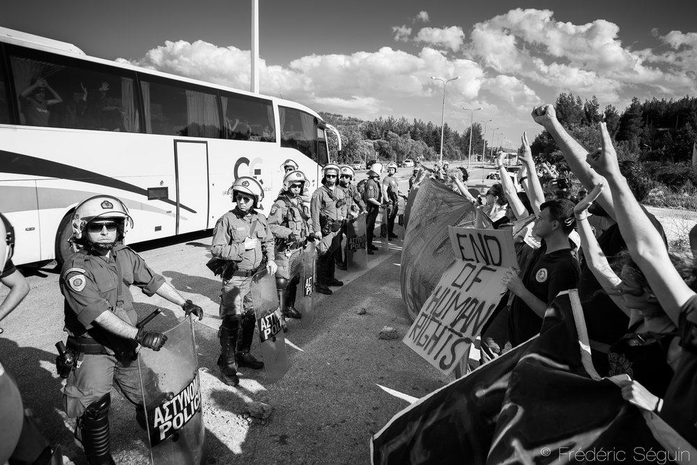 Le camp d'Idomeni accueuillait jusqu'à récemment plus de 12 000 réfugiés à la frontière Macédonienne et suite à des vagues d'instabilité et de conditions difficiles, les autorités ont décidé de ferme le célèbre camp et relocaliser ses habitants sans leur donner le choix. Face à cette décision unilatérale, de nombreux bénévoles oeuvrant dans les camps ont manifesté leur mécontentement alors même que les autobus remplis de réfugiés passaient devant les protestations. Idomeni, Grèce, Mai 2016.