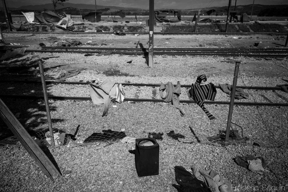 Idomeni, là où jadis vivaient des milliers est maintenant devenu un immense champ vide d'humanité à l'exception des objets laissés derrière et rapellant la vie passée. Idomeni, Grèce, Mai 2016.