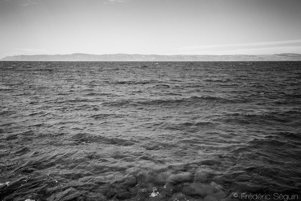 La mer Égée a vu passé des milliers de bateaux gonflables pneumatiques remplis de réfugiés risquand la dangereuse traversée. Tristement célèbre depuis les trop nombreuses tragédies s'y étant déroulées, l'Ile de Lesbos a été un point central de la crise. Les plages et la mer sont dorénavant vides de réfugiés qui n'arrivent que sporadiquement (1 ou 2 bateaux par jour)sur l'ile. Ile de Lesbos, Grèce, Juin 2016.