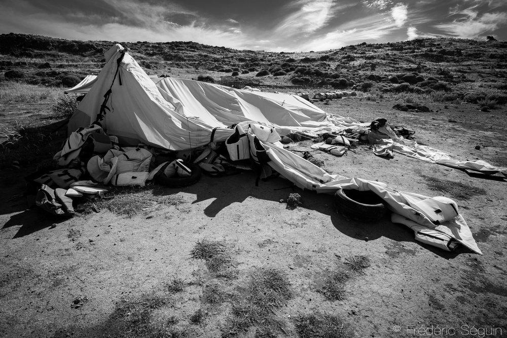 De nombreux bénévoles et employés d'ONG étaient présents sur l'ile pour aider les réfugiés y débarquant. La plupart des tentes de ces organisations sont maintenant abandonnées mais rapellent le lourd passé. Ile de Lesbos, Grèce, Juin 2016.