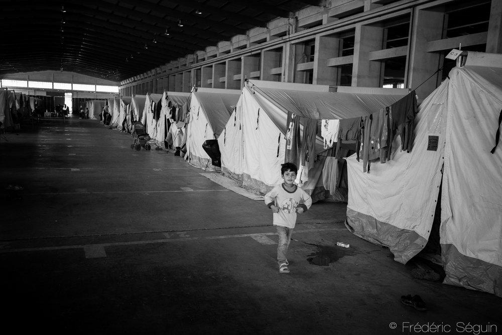Les nouveaux camps officiels sont supposés offrir de meilleures conditions de vie aux réfugiés mais ce n'est souvent pas le cas vu l'incapacité du gouvernement grecque à gérer une crise si importante avec des moyens restreints. Camp d'Oreokastro, Grèce, Mai 2016.