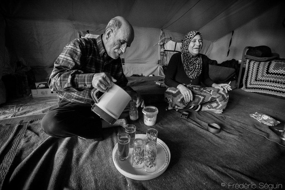 La vie dans les camps est souvent plus stable et les conditions plus sécuritaires mais de nombreux problèmes restent à régler tels la nourriture en qualité et quantité suffisante, l'éducation des jeunes ou la prise en charge des individus plus vulnérables comme les personnes âgées. Camp d'Oreokastro, Grèce, Mai 2016.