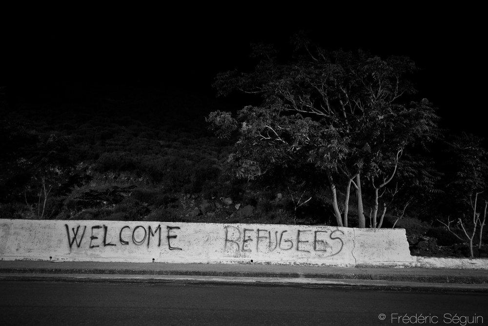 Même avec ses difficultés économiques et politiques, la Grèce s'est révélée une terre d'exil particulièrement accueillante pour les réfugiés et les habitants en général très tolérants apportant un support essentiel aux arrivants. Ile de Lesbos, Grèce, Juin 2016.