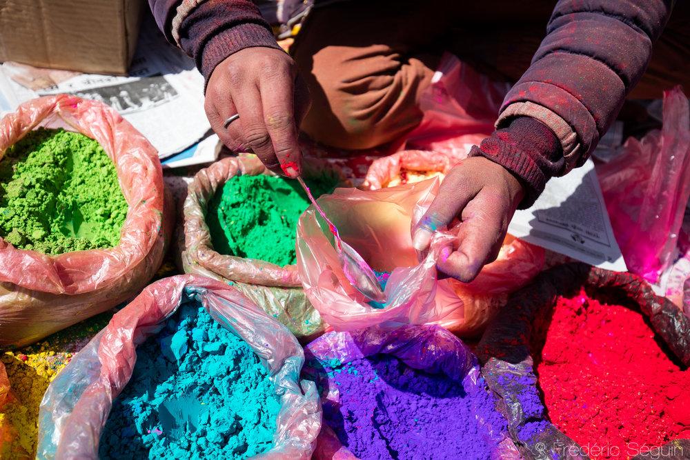 Le jour de la Holi, on retrouve la poudre de couleur en vente un peu partout dans les rues de la ville.