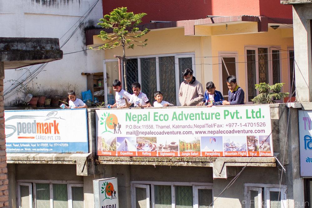 Les enfants sont les plus grands amateurs de la Holi, armés de ballons remplis d'eau, ils se positionnent sur les toits de la ville pour arroser tout passant en contrebas.