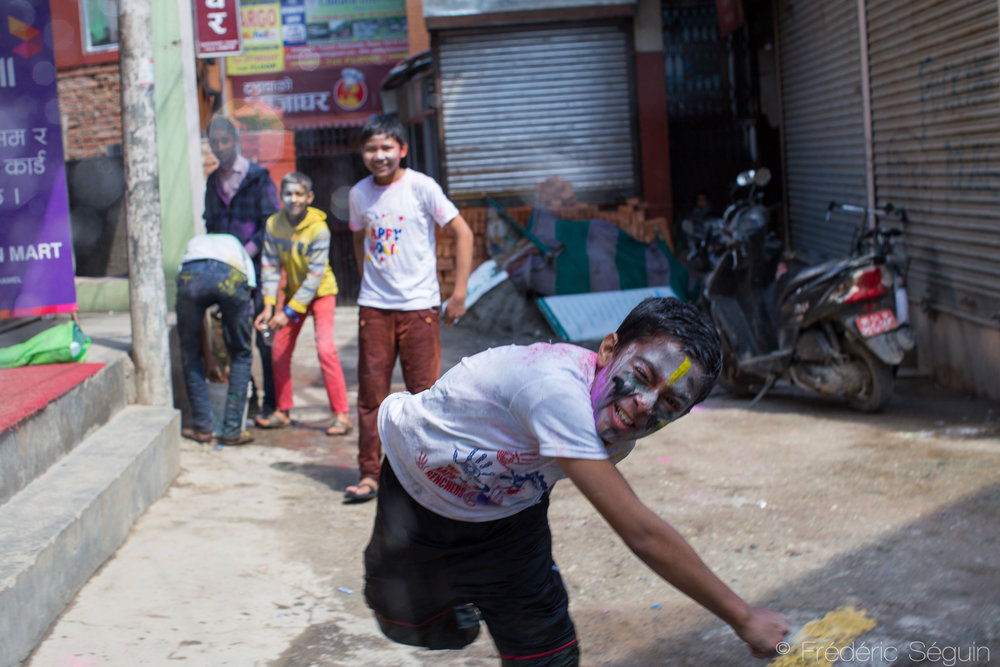 Des enfants s'amusent à lancer des ballons remplis d'eau aux passants.