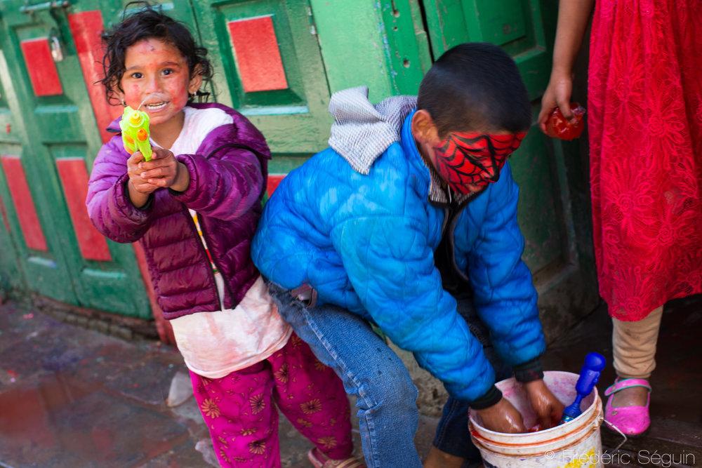 De nos jours, des touches de modernisme se sont ajoutées à la Holi et les enfants sont souvent armées de fusils à eau.
