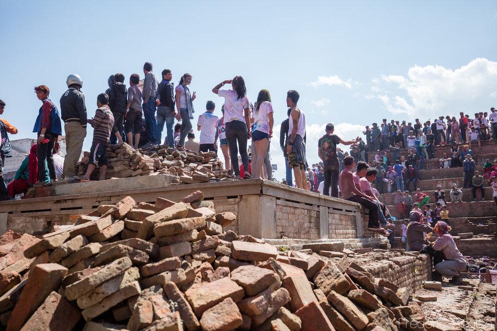 La place du Dârbar est un des icônes de Katmandou avec ses nombreux temples ancestraux et Holi y a toujours été célébrée. Même si tout n'a pas été reconstruit après les tremblements de terre de 2015, les festivaliers et les réjouissances y sont toujours de mise.