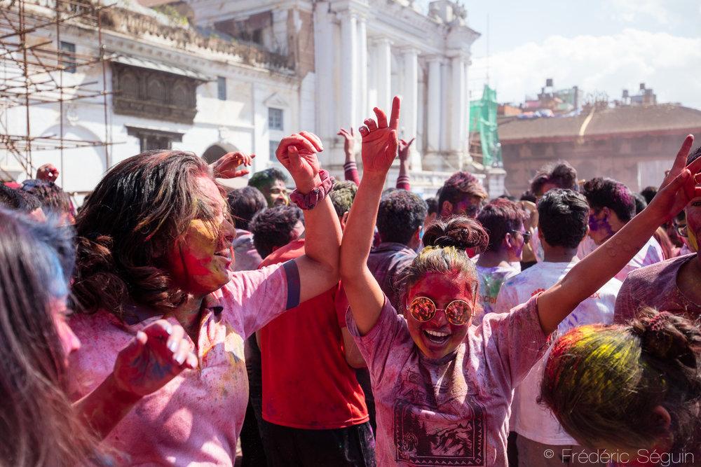 Des festivaliers célèbrent au milieu de la foule en pleine place du Dârbar.