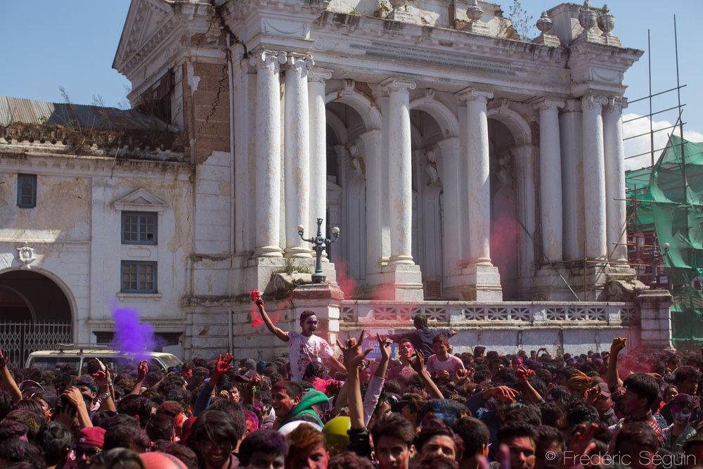 Une immense foule est amassée pour célébrer au milieu de la place du Dârbar, au pied des temples et palais encore endommagés par les tremblements de terre de 2015.