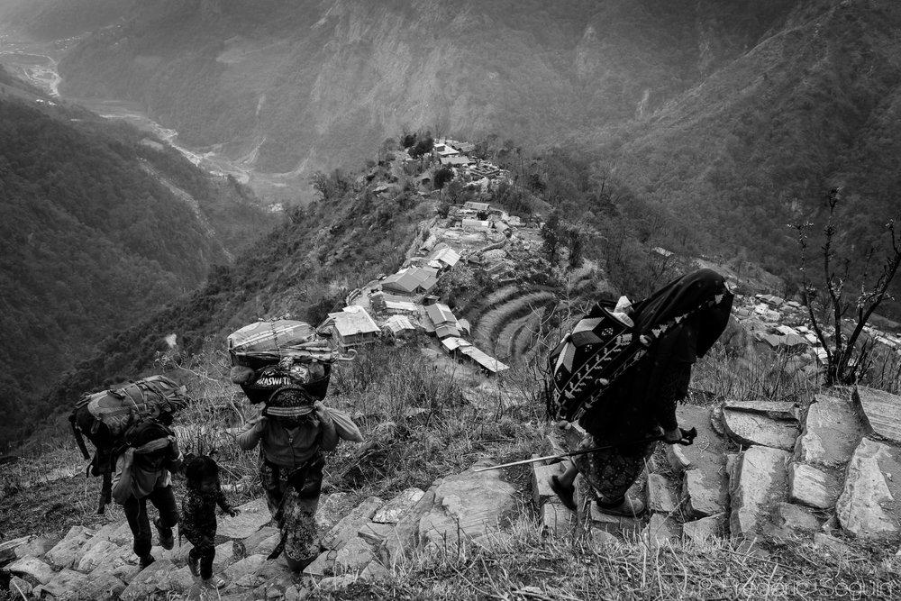Durant les tremblements de terre, le village n'était accessible qu'à pied dans les sentiers difficiles en montagne. Il était extrêmement difficile d'apporter du secours et des vivres au village. Mandre, Népal. 25 mars 2017.