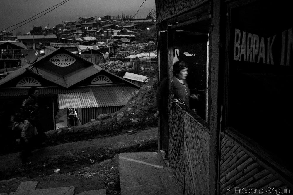 La quotidien reprend graduellement au village et les auberges ouvrent leurs portes aux rares touristes et travailleurs humanitaires. Barpak, Népal. 25 mars 2017.