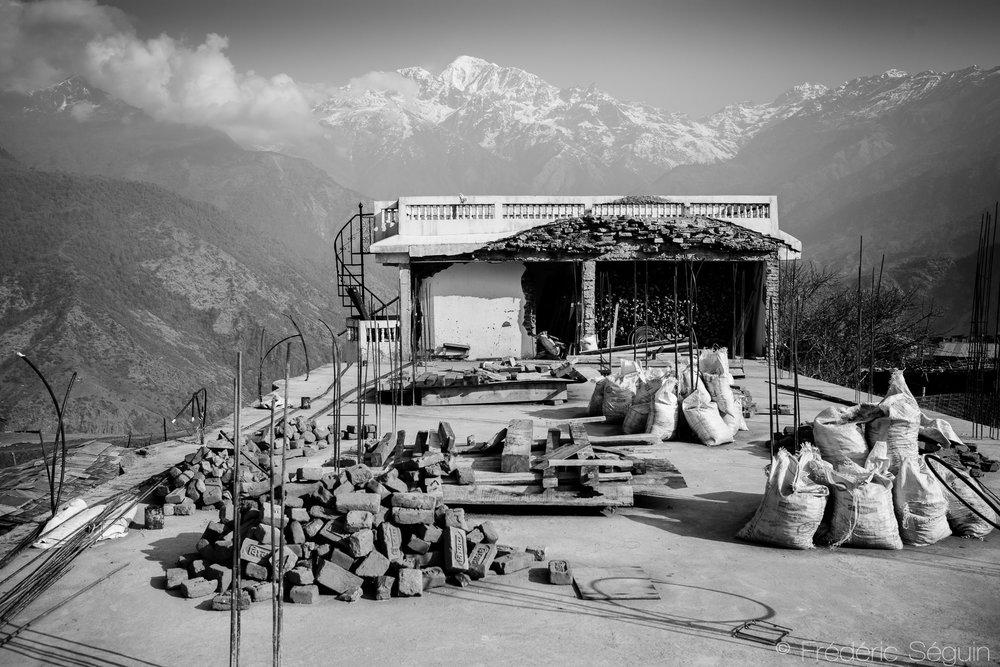De nombreux chantiers sont en cours dans le village mais une partie d'entre eux sont également interrompus, faute de moyens financiers pour continuer. La majeure partie de l'argent promis par le gouvernement aux villageois n'a toujours pas été versée. Barpak, Népal. 26 mars 2017.