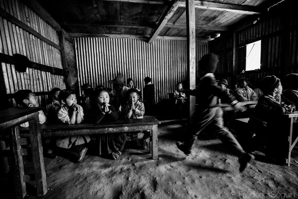 Les écoles ont été reconstruites temporairement par différents organismes dont JICA et les enfants peuvent avoir une éducation. À terme, l'école sera déplacée dans des locaux permanents. Barpak, Népal. 26 mars 2017.