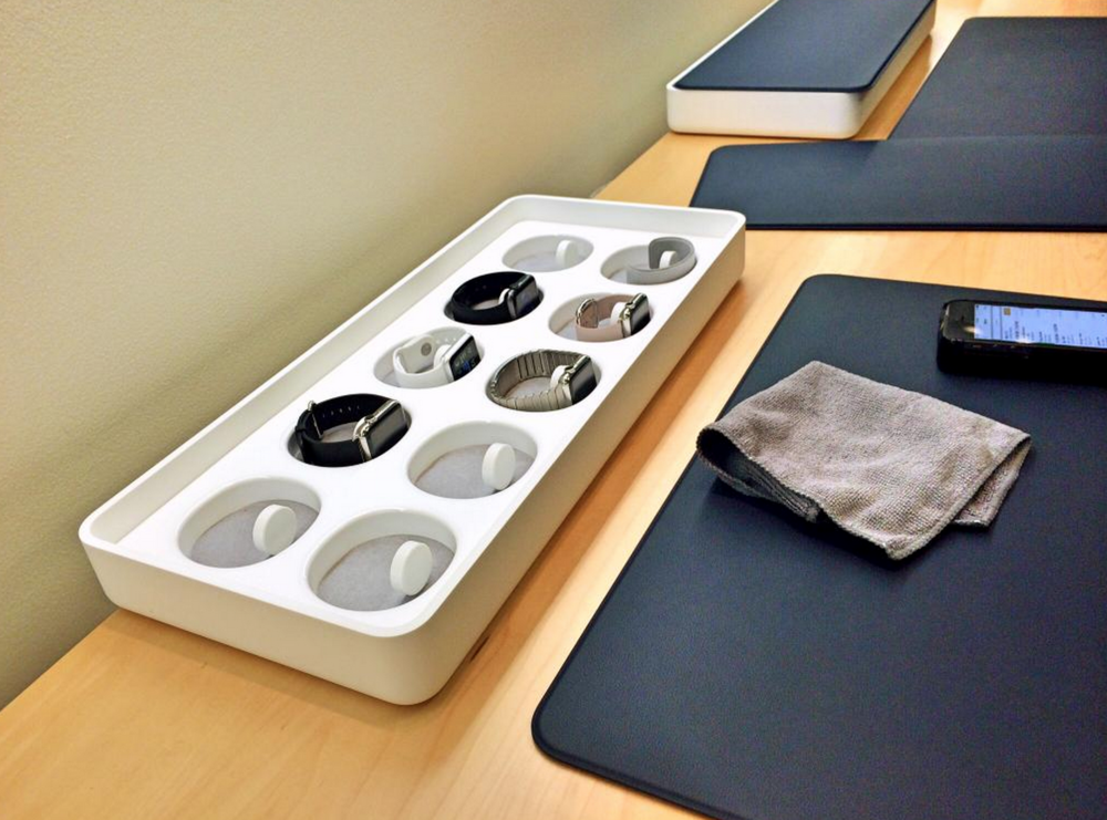 Apple Watch try-on station, showing Apple Watch supply issues and the official Apple Watch rag.