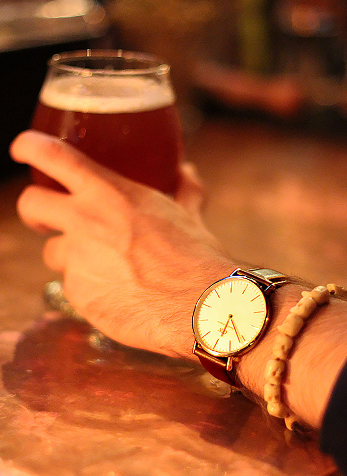 Late night beers in NYC. (Watch by  Daniel Wellington )
