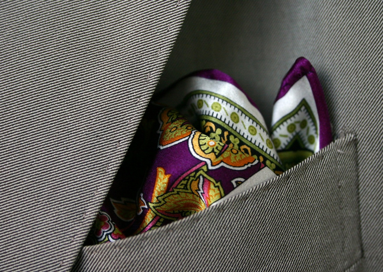 INCREDIBLE pocket square. i would love to own something similar to this. so vibrant and fresh!