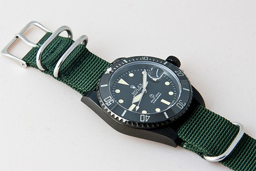i really like this green strap here. looks great against the black!