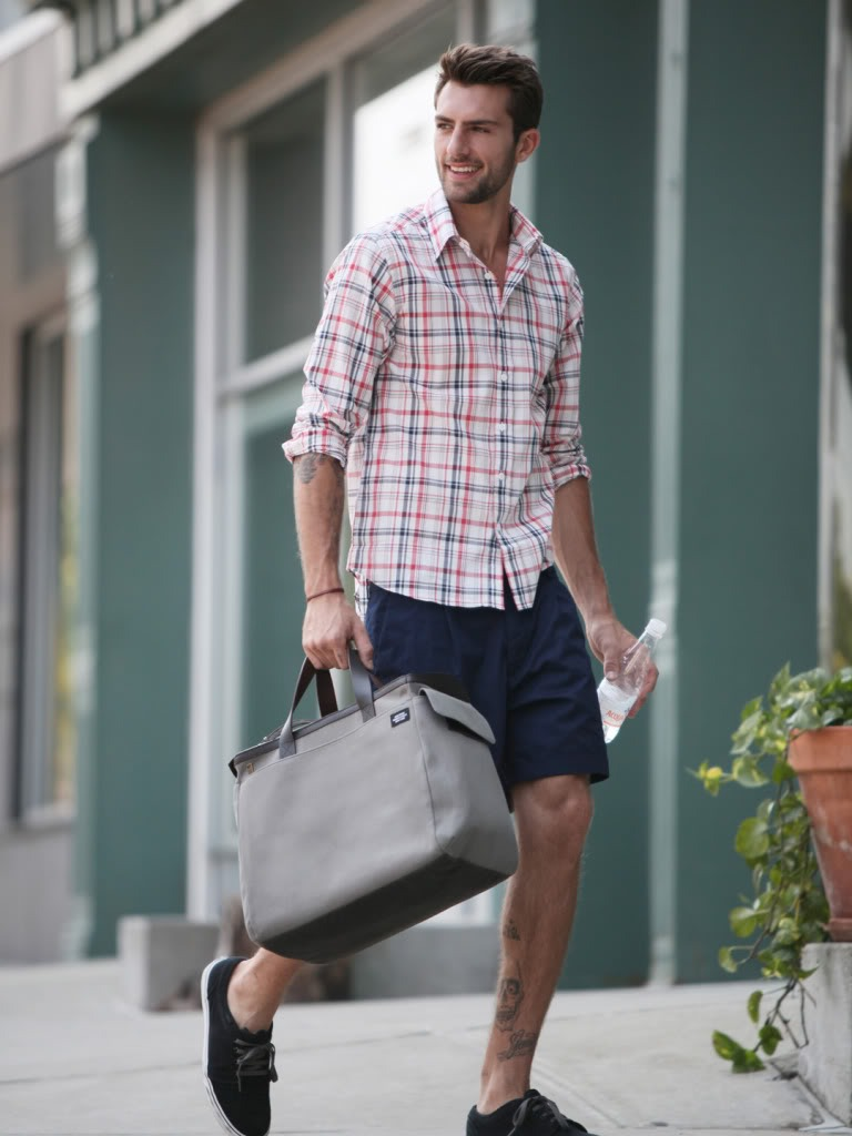 this is a nice summer look. i wish the shirt and a button collar though. looks a little more preppier and put together.