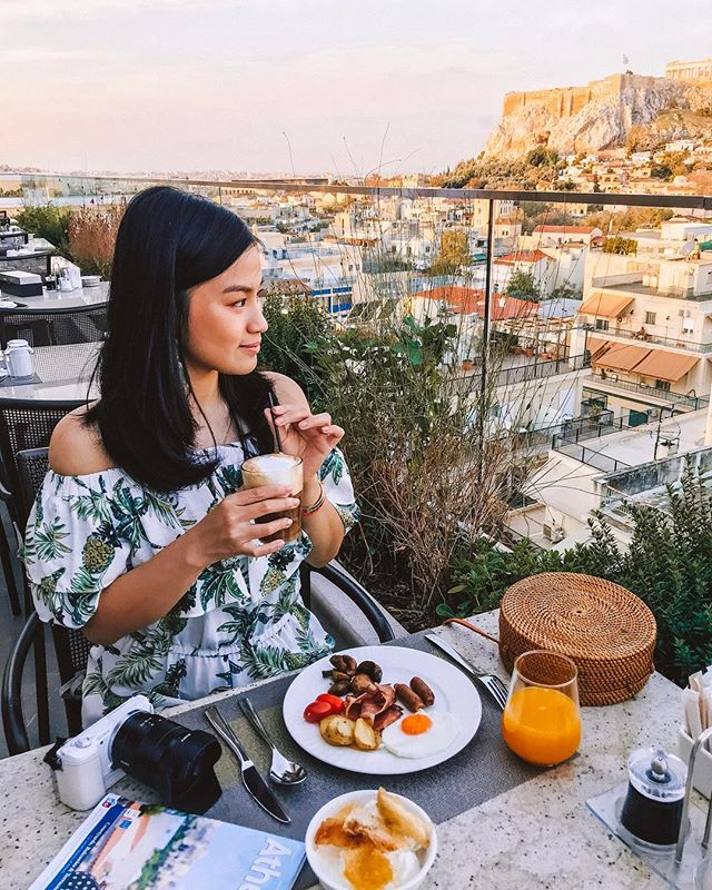 I could get used to breakfast with this kind of view everyday! Currently drinking cappuccino fredo (cold coffee with milk foam placed on top), a traditional way of Greek to enjoy coffee in the hot weather ☀️ #AlyTravelDiary #AlyGoesToAthens #AlyGoesToGreece
