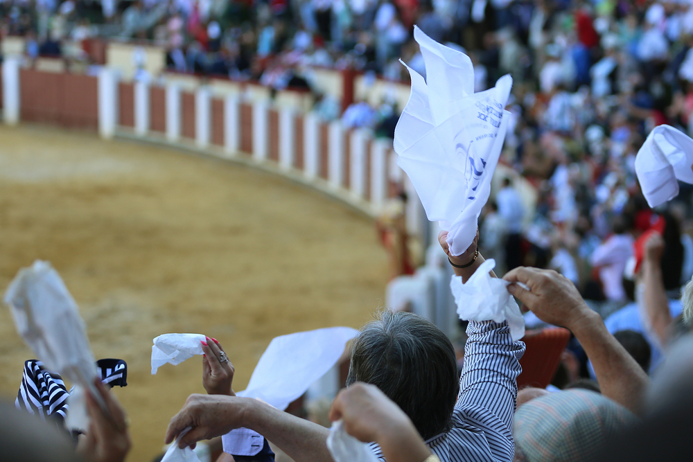 The crowd reacts to José María Manzanares' second fight at the end of the event. Through the use of white cloths, spectators express their praise for the performance, signaling to the president of the bullfight that the matador's skills must be recognized.