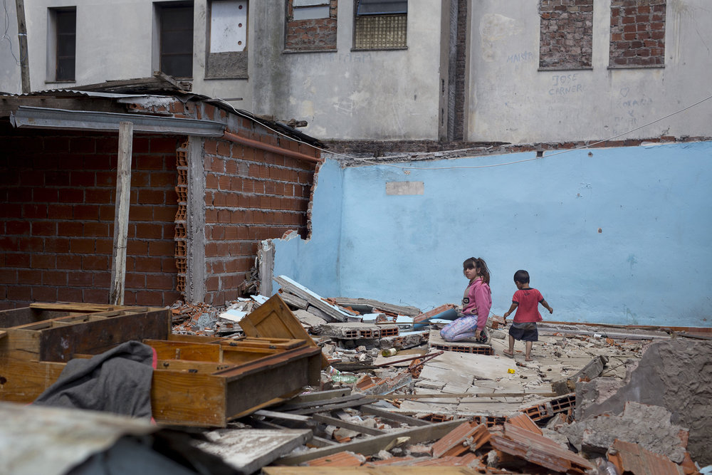 In 2013, when negotiations started, over 180 families lived inside the building and around 90 just outside of it. In January 2018, no families remain inside and only 19 lived outside. Today, all the families are gone and the building is being torn apart.