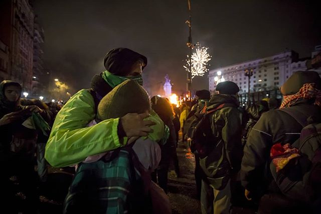 A couple embrace moments after the announcement of the bill's rejection. In the background, fireworks go off on the anti-abortion side. #seraley #abortolegalya