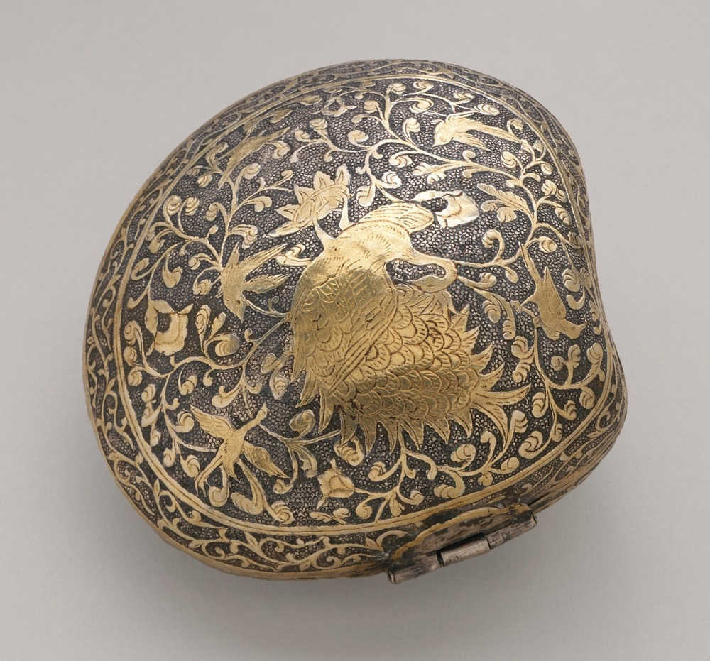 Cosmetic_or_Medicine_Box_in_the_Form_of_a_Clamshell_with_Phoenix_(Fenghuang)_LACMA_M.2000.57_(2_of_2).jpg