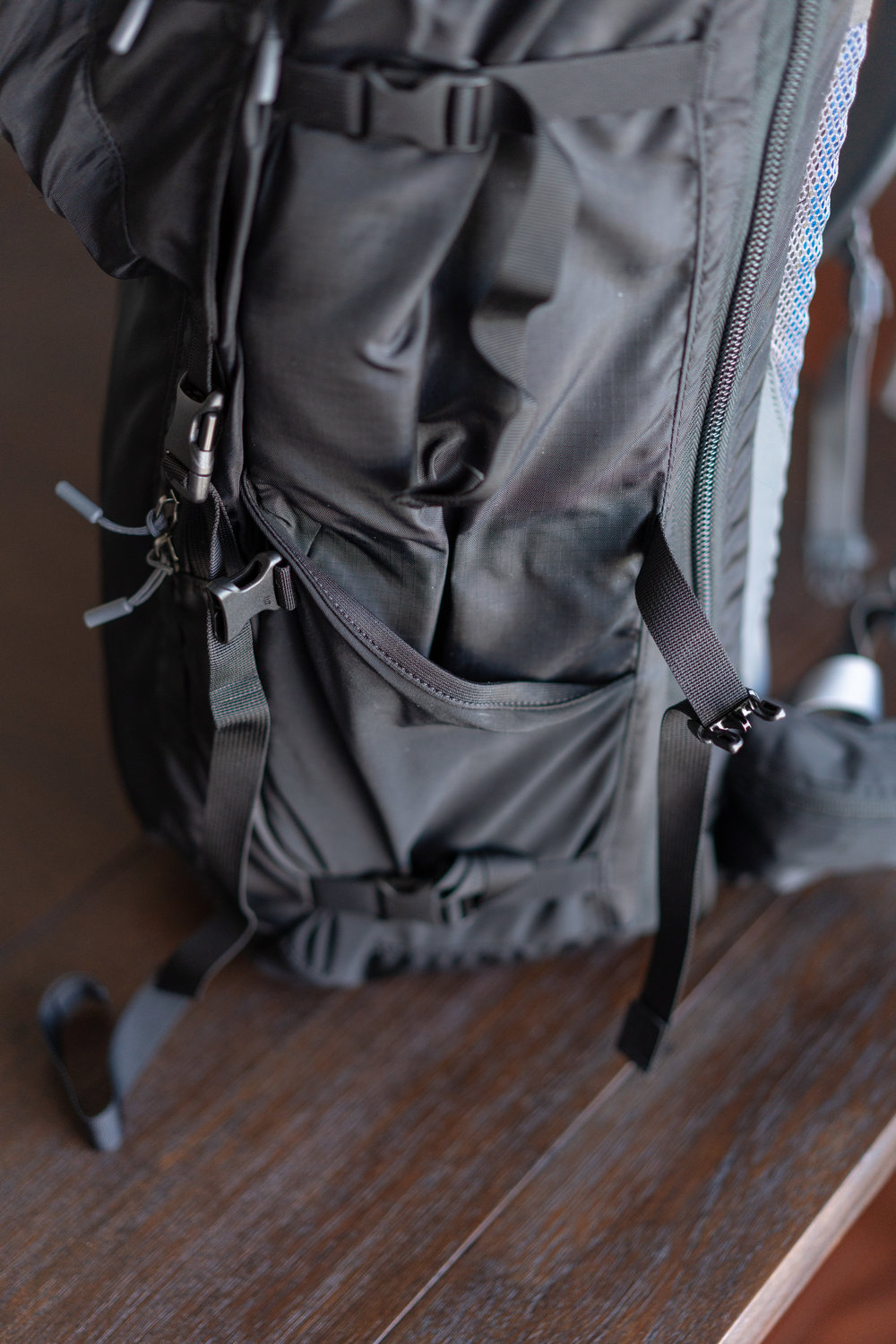 Nice side pockets for water bottles or tripod for easy carry, 1 on each side and 3 straps running length of the bag.