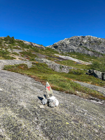 "The red ""T"", found as the main marker along the trail, maintained by the Norwegian Hiking Association (DNT)."