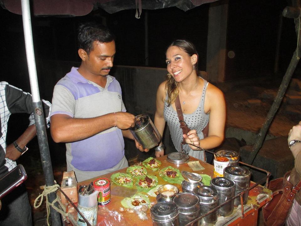 Probando el Paan Indio por primera vez en la ciudad de Aluva en Kerala, India. El Paan es una hoja de betel llena de especies, semillas, lima y hasta aveces tobacco que sirve como un bocado digestivo despues de comer. Muy divertido ayudar a preparar mi Paan, aunque un poco picante!
