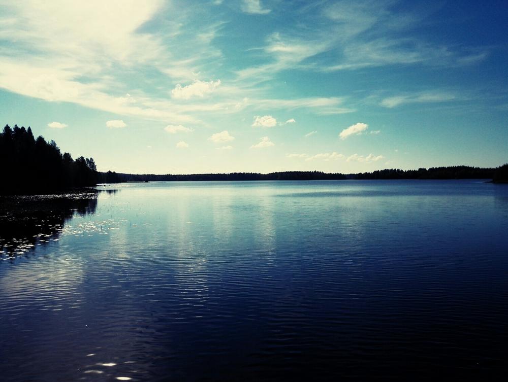 Vesistö alueella on ihan mieletön. En oo eläessäni uinnut niin paljon kuin täällä ollessani. Muutekin, ainakin itestäni on ihanaa mennä veden äärelle ihmettelemään elämää. Sielu lepää ja ajatukset selkenee.
