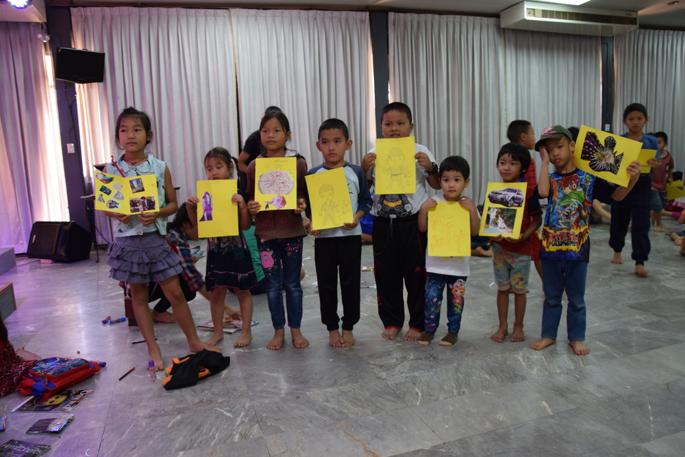 Lapset askartelivat lempiasioitansa paperille.